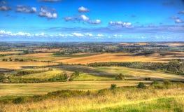 Αγγλική επαρχία από τους λόφους Buckinghamshire UK Chiltern αναγνωριστικών σημάτων Ivinghoe σε ζωηρόχρωμο HDR Στοκ Εικόνες