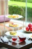 Αγγλική υψηλή σειρά μαθημάτων τσαγιού με το cupcake, muffin, το μήλο και την κρέμα μέσα Στοκ Φωτογραφίες