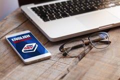 Αγγλικό λεξικό app σε ένα κινητό τηλέφωνο Ουσία γραφείων Στοκ εικόνες με δικαίωμα ελεύθερης χρήσης