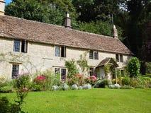 Αγγλικό εξοχικό σπίτι με τον κήπο λουλουδιών Στοκ Εικόνα