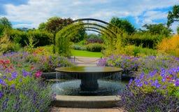 αγγλικό μυστικό μονοπατιών κήπων πορτών Στοκ φωτογραφία με δικαίωμα ελεύθερης χρήσης
