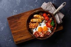 Αγγλικό πρόγευμα στο μαγείρεμα του τηγανιού Στοκ εικόνες με δικαίωμα ελεύθερης χρήσης