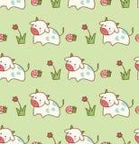 Αγελάδα στη χλόη με το άνευ ραφής σχέδιο λουλουδιών και μανιταριών απεικόνιση αποθεμάτων