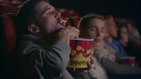 Αγενές άτομο που τρώει popcorn στον κινηματογράφο Αγενείς τρόποι στην αίθουσα κινηματογράφων φιλμ μικρού μήκους