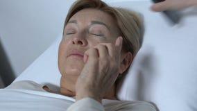 Αγενής νοσοκόμα που παίρνει το ηλικιωμένο θηλυκό υπομονετικό τηλέφωνο, που άρρωστοι οι άνθρωποι απόθεμα βίντεο
