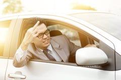Αγενής οδηγός που παρουσιάζει μέσο δάχτυλο Στοκ Εικόνα