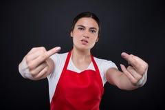 Αγενής πωλητής υπεραγορών που παρουσιάζει μέσο δάχτυλο Στοκ φωτογραφίες με δικαίωμα ελεύθερης χρήσης