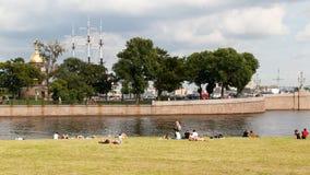 ΑΓΙΟΣ ΠΕΤΡΟΥΠΟΛΗ, ΡΩΣΙΑ - 18 ΑΥΓΟΎΣΤΟΥ 2017: Άνθρωποι που στηρίζονται στις όχθεις του ποταμού Neva στο φρούριο Peter-Paul Στοκ φωτογραφία με δικαίωμα ελεύθερης χρήσης