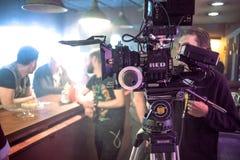 ΑΓΙΟΣ ΠΕΤΡΟΥΠΟΛΗ, ΡΩΣΙΑ - 22 ΙΟΥΛΊΟΥ 2017: Πλήρωμα ταινιών στη θέση 4K κάμερα Cinematographer Κινηματογραφία Σύνολο, τοπίο στοκ φωτογραφία με δικαίωμα ελεύθερης χρήσης