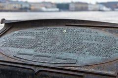 ΑΓΙΟΣ ΠΕΤΡΟΥΠΟΛΗ, ΡΩΣΙΑ - 4 ΝΟΕΜΒΡΊΟΥ 2014: Πινακίδα με την επιγραφή για την ιστορία της Annunciation γέφυρας Στοκ Φωτογραφίες
