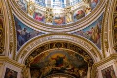 ΑΓΙΟΣ ΠΕΤΡΟΥΠΟΛΗ, ΡΩΣΙΑ - 10 Σεπτεμβρίου 2013 Εσωτερικός Άγιος Isaac Cathedral διακόσμησε απολύτως με τα έργα ζωγραφικής και bas  Στοκ Φωτογραφία