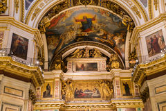 ΑΓΙΟΣ ΠΕΤΡΟΥΠΟΛΗ, ΡΩΣΙΑ - 10 Σεπτεμβρίου 2013 Εσωτερικός Άγιος Isaac Cathedral διακόσμησε απολύτως με τα έργα ζωγραφικής και bas  Στοκ Εικόνες