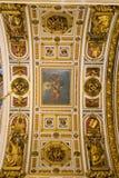 ΑΓΙΟΣ ΠΕΤΡΟΥΠΟΛΗ, ΡΩΣΙΑ - 10 Σεπτεμβρίου 2013 Εσωτερικός Άγιος Isaac Cathedral διακόσμησε απολύτως με τα έργα ζωγραφικής και bas  Στοκ Φωτογραφίες