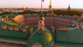 ΑΓΙΟΣ ΠΕΤΡΟΥΠΟΛΗ, ΡΩΣΙΑ - ΤΟ ΜΆΙΟ ΤΟΥ 2018: όμορφη τοπ άποψη της Αγία Πετρούπολης από τον αέρα ένα κάστρο Mikhailovsky σε έναν ηλ φιλμ μικρού μήκους