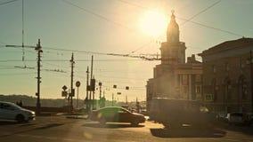 ΑΓΙΟΣ ΠΕΤΡΟΥΠΟΛΗ, ΡΩΣΙΑ - ΤΟ ΜΆΡΤΙΟ ΤΟΥ 2019: Οχήματα που κινούνται στη γέφυρα στο ηλιοβασίλεμα σε Sait Πετρούπολη απόθεμα βίντεο