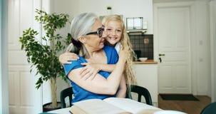 Αγκάλιασμα γιαγιάδων και εγγονών φιλμ μικρού μήκους