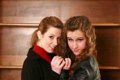 Αγκάλιασμα δύο ευτυχές κοριτσιών εφήβων Στοκ Εικόνα