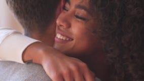 αγκάλιασμα ζευγών ευτ&upsilon απόθεμα βίντεο