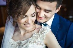 Αγκάλιασμα ζευγών Newlywed Στοκ φωτογραφία με δικαίωμα ελεύθερης χρήσης