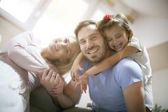 Αγκάλιασμα και ευτυχία διάνυσμα εικόνας οικογενειακών κατοικιών jpg Στοκ Φωτογραφίες