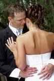 αγκάλιασμα νεόνυμφων στοκ φωτογραφίες
