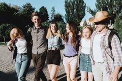 Αγκάλιασμα σπουδαστών φίλων που περπατά στην πόλη στοκ φωτογραφία με δικαίωμα ελεύθερης χρήσης