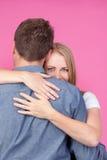 αγκάλιασμα της γυναίκας ανδρών Στοκ φωτογραφία με δικαίωμα ελεύθερης χρήσης