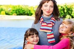 αγκάλιασμα της μητέρας κ&alpha Στοκ φωτογραφίες με δικαίωμα ελεύθερης χρήσης