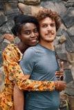 Αγκάλιασμα του όμορφου διαφορετικού ζεύγους Στοκ Φωτογραφία
