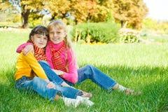 αγκάλιασμα των κοριτσιών Στοκ εικόνες με δικαίωμα ελεύθερης χρήσης