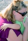 αγκάλιασμα mom Στοκ Εικόνες