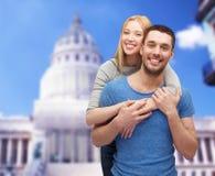 Αγκάλιασμα ζευγών χαμόγελου Στοκ Εικόνες