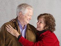Αγκάλιασμα ζεύγους φροντίδας στοκ εικόνα