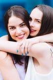Αγκάλιασμα και γέλιο δύο όμορφο κοριτσιών σκληρά Στοκ εικόνες με δικαίωμα ελεύθερης χρήσης
