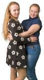 Αγκάλιασμα κορών μητέρων και εφήβων στοκ εικόνα με δικαίωμα ελεύθερης χρήσης