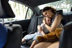 Αγκάλιασμα μητέρων και να παρηγορήσει να φωνάξει μικρών παιδιών Στοκ φωτογραφία με δικαίωμα ελεύθερης χρήσης