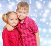 Αγκάλιασμα μικρών παιδιών και κοριτσιών Στοκ εικόνα με δικαίωμα ελεύθερης χρήσης