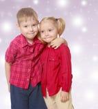 Αγκάλιασμα μικρών παιδιών και κοριτσιών Στοκ Εικόνες