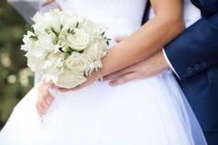 Αγκάλιασμα νεόνυμφων η νύφη Στοκ εικόνες με δικαίωμα ελεύθερης χρήσης