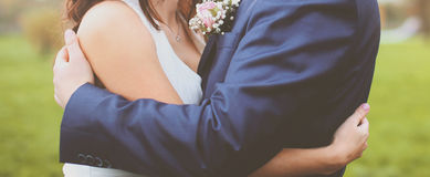 Αγκάλιασμα νυφών και νεόνυμφων γαμήλιων αφηρημένο ζευγών Στοκ Φωτογραφίες