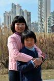 Αγκάλιασμα Σαγκάη Κίνα δύο κινεζικό αδελφών εφήβων Στοκ φωτογραφία με δικαίωμα ελεύθερης χρήσης