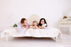 Αγκάλιασμα συζύγων, συζύγων και κορών και πορτρέτο χαμόγελου του famil Στοκ Φωτογραφία