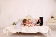 Αγκάλιασμα συζύγων, συζύγων και κορών και πορτρέτο χαμόγελου του famil Στοκ φωτογραφία με δικαίωμα ελεύθερης χρήσης