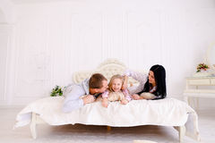 Αγκάλιασμα συζύγων, συζύγων και κορών και πορτρέτο χαμόγελου του famil Στοκ φωτογραφίες με δικαίωμα ελεύθερης χρήσης