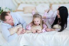 Αγκάλιασμα συζύγων, συζύγων και κορών και πορτρέτο χαμόγελου του famil Στοκ εικόνα με δικαίωμα ελεύθερης χρήσης
