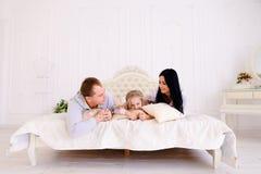 Αγκάλιασμα συζύγων, συζύγων και κορών και πορτρέτο χαμόγελου του famil Στοκ Εικόνες