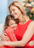 Αγκάλιασμα της μητέρας και της κόρης στοκ φωτογραφίες με δικαίωμα ελεύθερης χρήσης