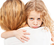 αγκάλιασμα της μητέρας κ&omicr στοκ φωτογραφία με δικαίωμα ελεύθερης χρήσης