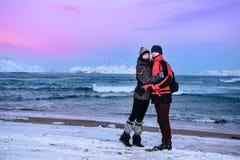 Αγκάλιασμα του ζευγαριού των εφήβων στην ακτή της Θάλασσας του Μπάρεντς σε Teriberka, περιοχή του Μούρμανσκ, της Ρωσίας Στοκ Εικόνα