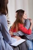 Αγκάλιασμα του ζεύγους στην ψυχοθεραπεία στοκ εικόνα